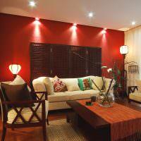 Подстветка красной стены потолочными светильниками