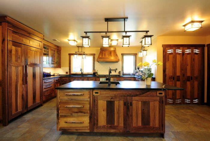 Потолочные светильники в кухне частного дома