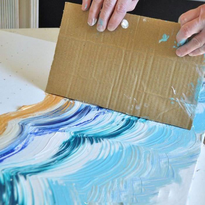Рисование картины с помощью куска гофрированного картона