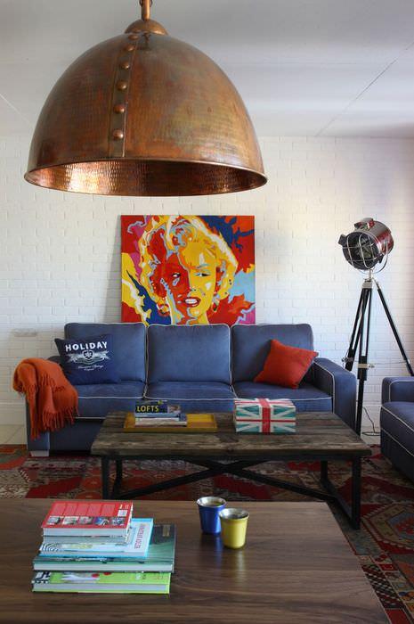 Большой медный светильник на потолке гостиной в стиле поп-арт