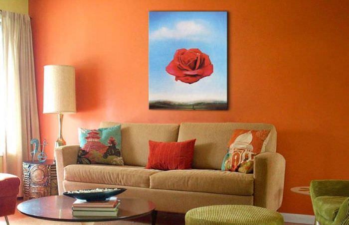 Интерьер гостиной с картиной Сальвадора Дали