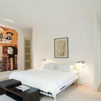Самодельное панно на стене в белой спальне