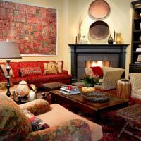 Картина из текстиля на стене гостиной частного дома