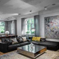 Интерьер гостиной с большой картиной на стене