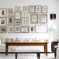 Коллекция картин над диваном в гостиной