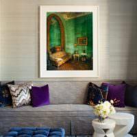 Серый диван с фиолетовыми подушками
