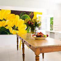Большие желтые цветы на стене гостиной