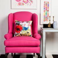 Розовое кресло на полосатом коврике