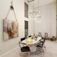 Интерьер столовой с высоким потолком