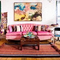 Розовый диван в современной гостиной