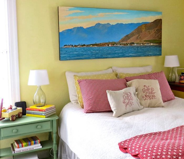 Декорирование стены спальни картиной