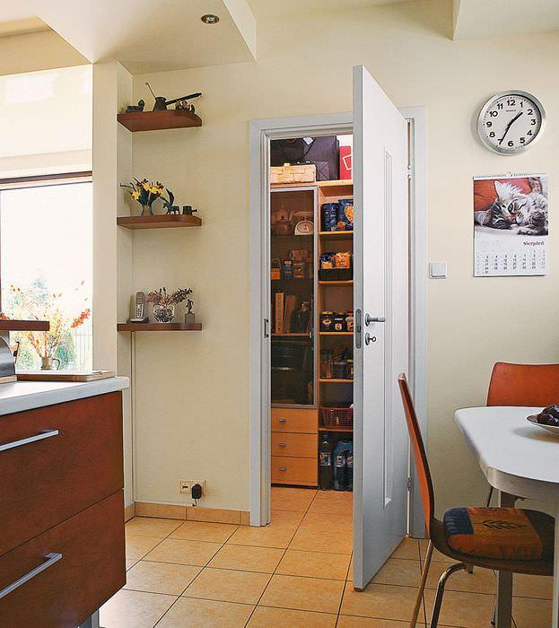Керамическая плитка на полу кухни с кладовкой