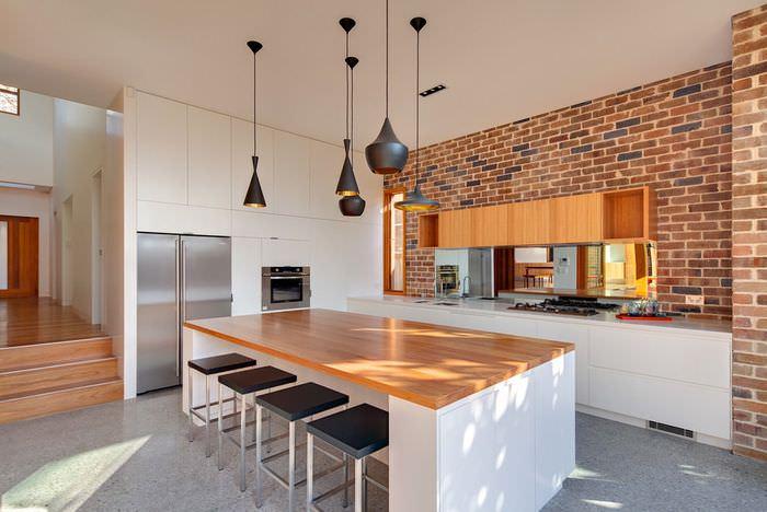 Черные светильники на белом потолке кухни