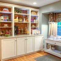 Кухонный шкаф без задней стенки вдоль кирпичной стены