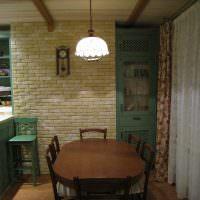Декоративный камень на стене кухни панельного дома