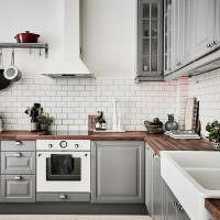Угловая кухня с фартуком под кирпич