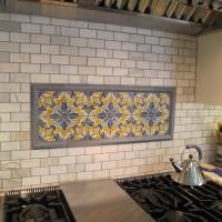 Мозаичное панно на кирпичной стене