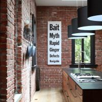 Плакат с надписями на кирпичной стене