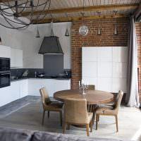 Белая мебель на кухне с кирпичной отделкой
