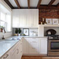 Деревянные балки на белом потолке кухни