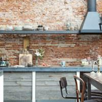 Старая кирпичная стена в кухне индустриального стиля