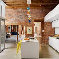 Белая мебель на кухне в стиле лофт