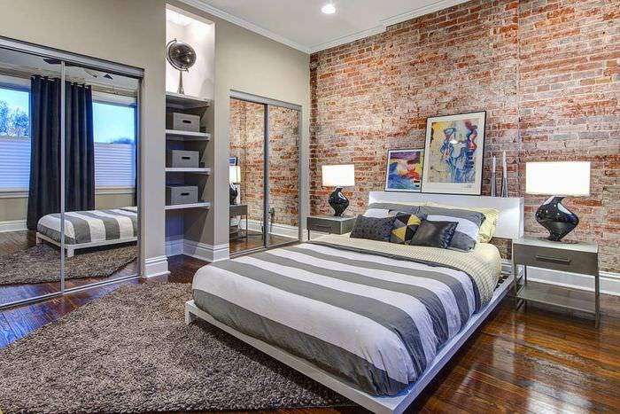 Кирпичная стена за изголовьем кровати