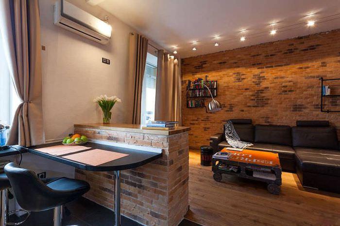 Кирпичная барная стойка в интерьере кухни-гостиной