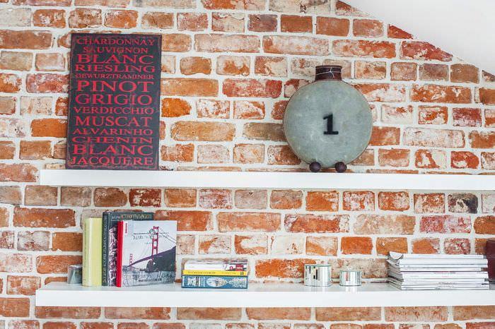 Полки с декорациями на кирпичной стене