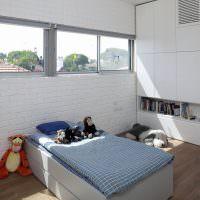 Белая кирпичная стена в детской комнате