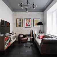Серый потолок в узкой гостиной