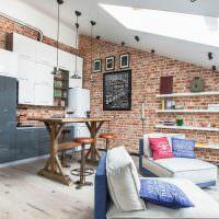 Дизайн кухни-гостиной в мансардном помещении