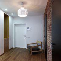 Домофон на белой стене лестничной клетки