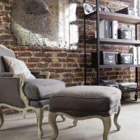 деревянное кресло с серой обивкой