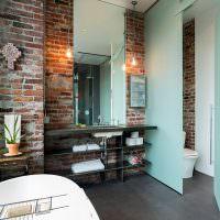 Кирпичные стены в совмещенной ванной