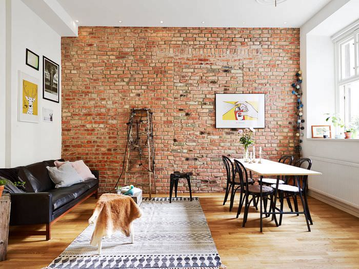 Акцентная кирпичная стена в интерьере гостиной