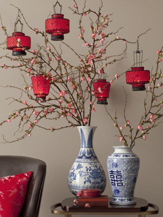 Две китайские вазы на деревянном столике