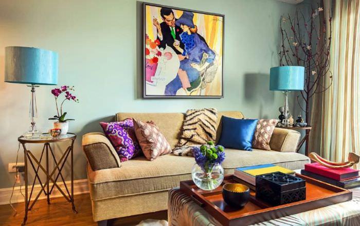 Голубые плафоны светильников в гостиной с бежевым диваном