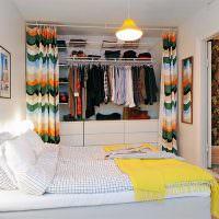 Кладовка-гардероб в спальне небольшой квартиры