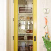 Стеклянная вставка в желтой двери