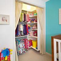 Шторы вместо двери в кладовке с детскими вещами