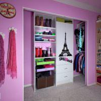 Обустройство кладовки в комнате молодой девушки
