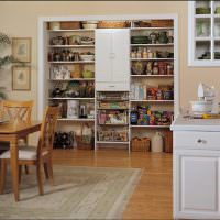Кладовка в открытой нише кухни-гостиной
