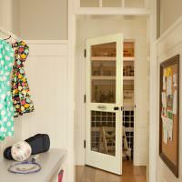 Стеклянная дверь в кладовку из узкого коридора
