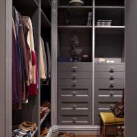 Серая мебель в кладовке-гардеробной