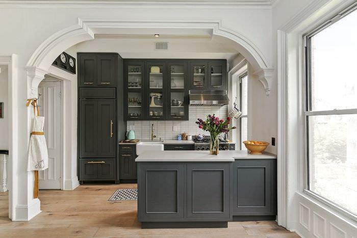 Интерьер серой кухни в стиле классики