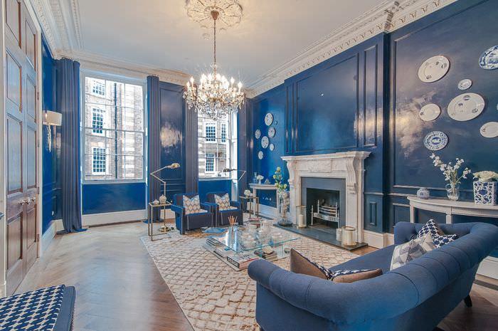 Дизайн гостиной в стиле классики с синими стенами