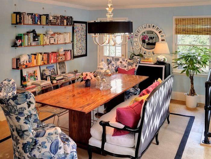 Открытые полки с книгами на стене гостиной в стиле китч