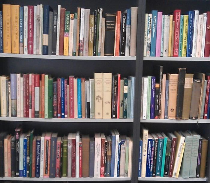 Книги на деревянных полках в кладовке