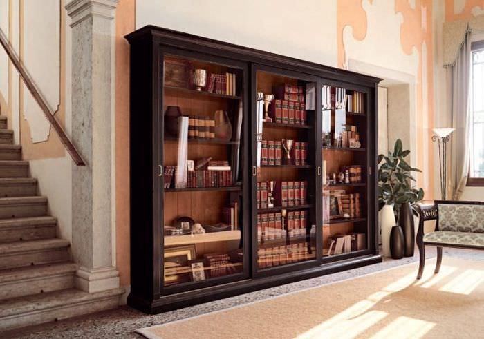 Хранение книг в шкафу-купе со стеклянными дверцами